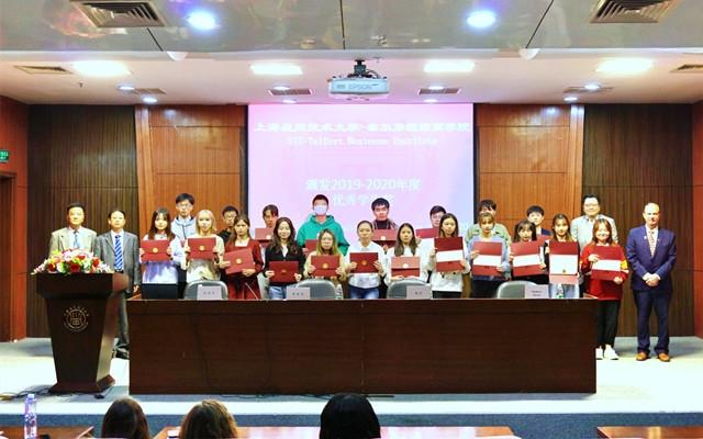 7年度优秀学生获奖者与校领导合影.jpg